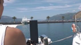 El hombre lanza una bobina de la cuerda marina almacen de video