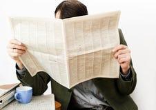 El hombre lee el periódico Foto de archivo