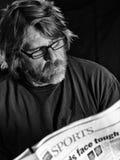 El hombre lee el periódico Foto de archivo libre de regalías