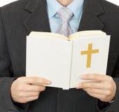 El hombre lee la biblia católica Fotos de archivo libres de regalías