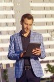 El hombre lee las noticias en la tableta foto de archivo