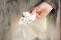 El hombre limpia el vidrio sucio de la chimenea Fotos de archivo