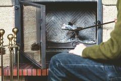 El hombre limpia la chimenea con la espátula imágenes de archivo libres de regalías