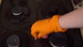 El hombre limpia la estufa de gas almacen de video