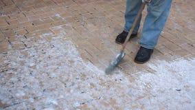 El hombre limpia nieve de la acera