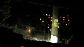 El hombre limpia un parabrisas de su coche después de las nevadas metrajes
