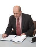 El hombre llena los papeles, sentándose en el vector Fotografía de archivo libre de regalías