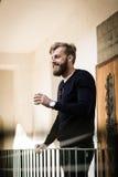 El hombre lleno de la barba es relajante con el café Imagen de archivo libre de regalías