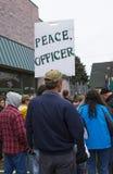El hombre lleva a cabo la muestra de la protesta Foto de archivo