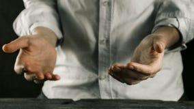 El hombre lleva a cabo las manos delante de él fotos de archivo libres de regalías