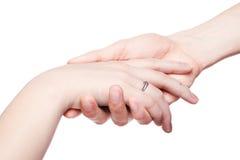 El hombre lleva a cabo suavemente una mano femenina Foto de archivo libre de regalías