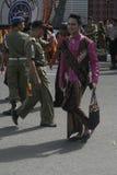 El hombre lleva el barik de la ropa de las mujeres Fotografía de archivo libre de regalías