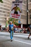El hombre lleva la muestra que impulsa a pecadores arrepentirse en el desfile de Atlanta Imágenes de archivo libres de regalías