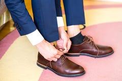 El hombre lleva los zapatos foto de archivo libre de regalías