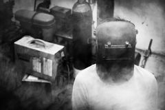 El hombre lleva una máscara Imagen de archivo libre de regalías