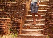 El hombre local camina abajo de viejos pasos de piedra Sri Lanka Foto de archivo