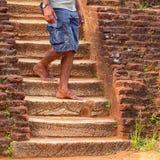 El hombre local camina abajo de viejos pasos de piedra Sri Lanka Imagen de archivo