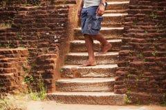El hombre local camina abajo de viejos pasos de piedra Sri Lanka Foto de archivo libre de regalías