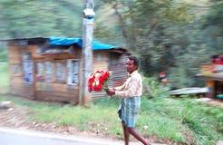 El hombre local que se ejecuta con un ramo de flores Foto de archivo