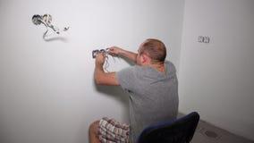 El hombre loco consigue descarga eléctrica Sacudida del individuo que sostiene el cable almacen de metraje de vídeo