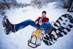 El hombre loco disfruta de un paseo del trineo El sledding del hombre Fotografía de archivo libre de regalías