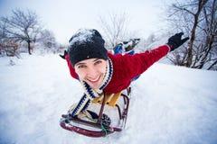 El hombre loco disfruta de un paseo del trineo El sledding del hombre Imagen de archivo libre de regalías