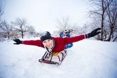 El hombre loco disfruta de un paseo del trineo El sledding del hombre Foto de archivo libre de regalías