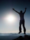 El hombre loco joven está saltando en roca Silueta del hombre de salto Fotografía de archivo