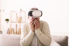 El hombre maduro en los vidrios de Google viaja en el mundo virtual fotografía de archivo libre de regalías