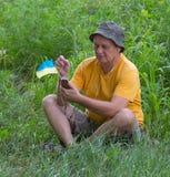 El hombre maduro escucha música Imagen de archivo libre de regalías