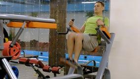 El hombre maduro gordo que hace la pierna sube en el gimnasio Forma de vida sana de la aptitud metrajes