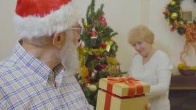 El hombre maduro hace la sorpresa para su esposa en la Navidad metrajes
