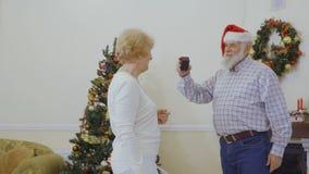 El hombre maduro hace una sorpresa para su esposa almacen de metraje de vídeo