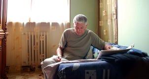 El hombre maduro lee el periódico Foto de archivo libre de regalías