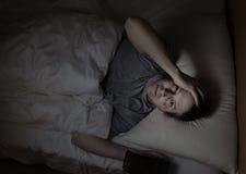 El hombre maduro no puede caerse dormido durante noche Fotografía de archivo