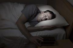 El hombre maduro no puede conseguir dormir Imagenes de archivo