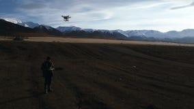 El hombre maneja quadrocopters Teledirigido para el abejón en las manos de hombres Vehículo aéreo sin tripulación almacen de metraje de vídeo
