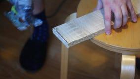 El hombre marca a la parte adicional del tablero con el marcador Entonces vio de él con un rompecabezas eléctrico Trabajo casero  almacen de video