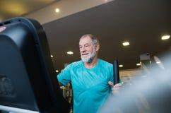 El hombre mayor apto en hacer del gimnasio cardiio se resuelve Imagenes de archivo
