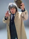 El hombre mayor como detective o jefe de la mafia en fondo gris del estudio Fotos de archivo