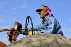 El hombre mayor conduce el tractor Imagen de archivo libre de regalías