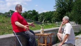 El hombre mayor cuenta una historia divertida a su amigo metrajes