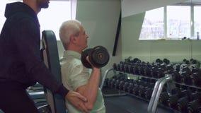 El hombre mayor entrena a sus hombros metrajes