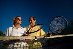 El hombre mayor juega a tenis Imágenes de archivo libres de regalías