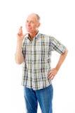 El hombre mayor que se colocaba con el finger cruzó para la suerte Imagenes de archivo