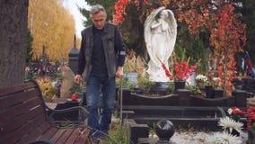 El hombre mayor sale del cementerio metrajes