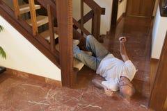 El hombre mayor se cayó abajo las escaleras Fotos de archivo