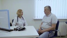 El hombre mayor se queja para cuidarse sobre sus problemas con salud metrajes