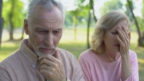 El hombre mayor siente culpable sobre el engaño, esposa que llora en la desesperación, divorcio almacen de metraje de vídeo