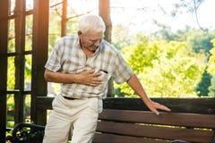 El hombre mayor tiene angustia Foto de archivo libre de regalías